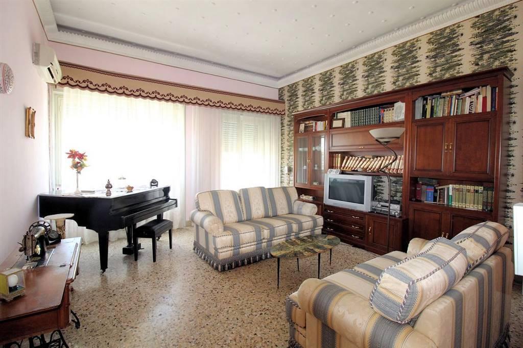 Vendesi appartamento al secondo piano in via Carducci, di circa 130 Mq calpestabili, esposto su tre strade, luminoso e panoramico, composto da