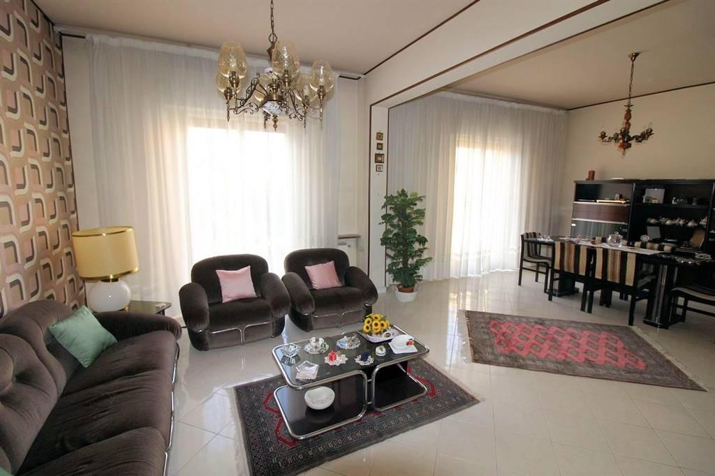 Vendesi appartamento al primo piano, di circa 115 Mq oltre veranda di circa 15 Mq, in un condominio di sole 10 famiglie, zona Viale Europa, composto