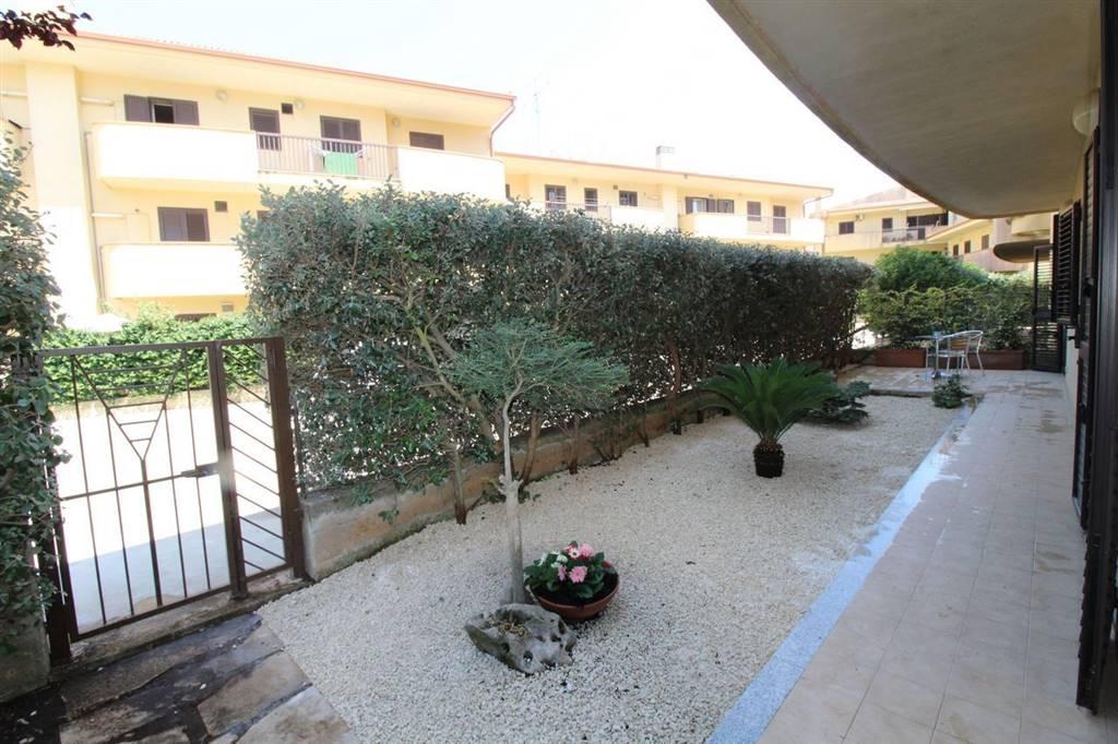 Vendesi appartamento al piano terra con giardino, di circa 115 Mq calpestabili oltre spazio esterno con annesse verande di circa 150 Mq, semi nuovo,