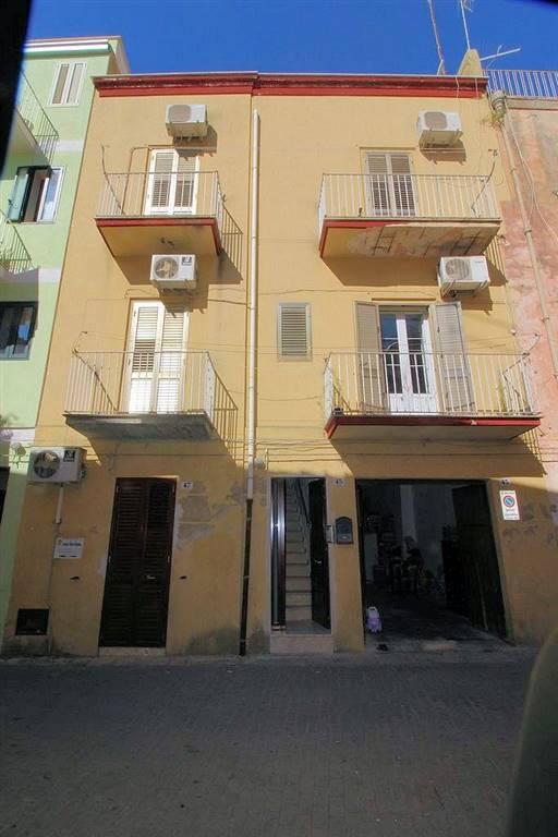 Vendesi casa singola ristrutturata nel 2007, ideale sia per abitazione che per investimento, di circa 230 Mq, zona centrale e ben servita, composta