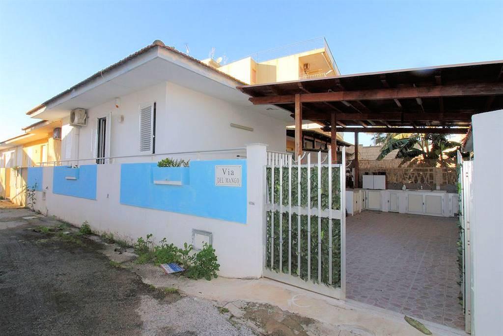 Vendesi villetta in ottime condizioni, ristrutturata da qualche anno, a 170 metri dal mare, a Casuzze (zona centrale), con ampia veranda coperta di