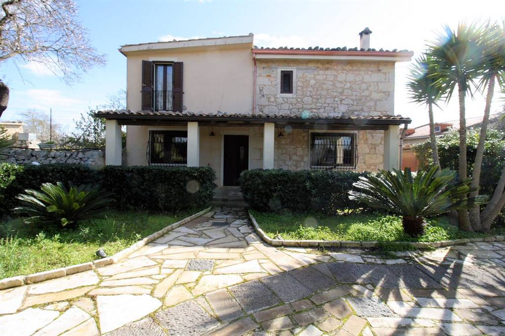 PERIFERIA EXTRA-URBANA, RAGUSA, Villa for sale of 218 Sq. mt., Restored, Energetic class: D, Epi: 188,029 kwh/m2 year, placed at Ground on 1,