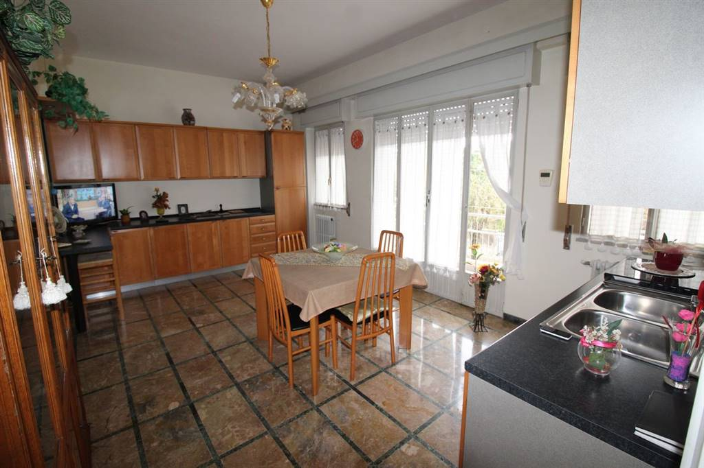 Vendesi appartamento al piano terra abitabile, in un piccolo condominio, di circa 100 Mq calpestabili, zona Villa Margherita, composto da ingresso,