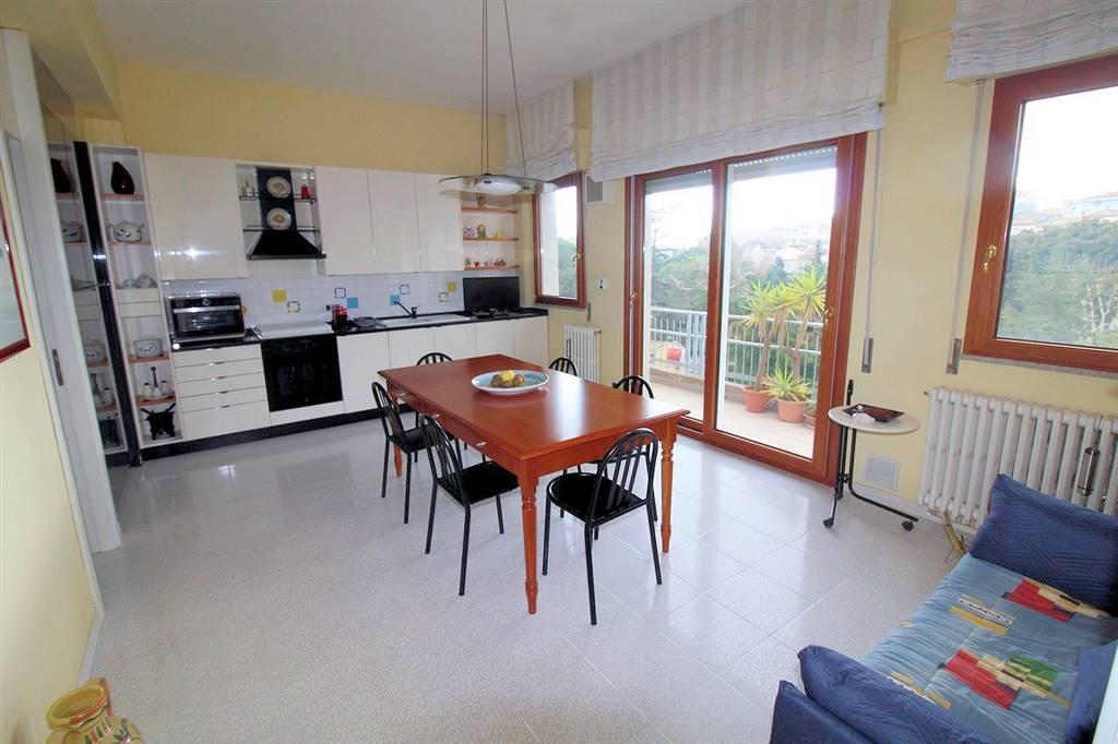Vendesi appartamento al piano secondo e piano terzo di un piccolo condominio, circa 200 mq complessivi oltre garage di 50 Mq, zona Villa Margherita,
