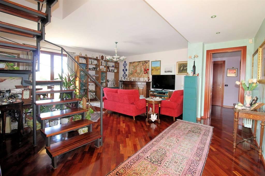 Vendesi appartamento in villa semi nuovo di circa 230 Mq complessivi, con rifiniture di pregio, ingresso indipendente e ottima esposizione, zona