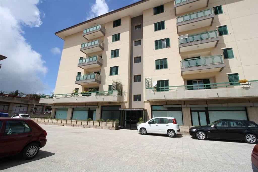 VIALE EUROPA, RAGUSA, Wohnung zu verkaufen von 140 Qm, Bewohnbar, Heizung Unabhaengig, am boden 2°, zusammengestellt von: 5 Raume, Separate Küche, ,