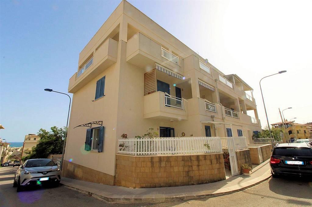 Vendesi appartamento semi nuovo con ingresso indipendente, a 450 metri dal mare a Donnalucata, al piano terra di un piccolo condominio, di circa 55