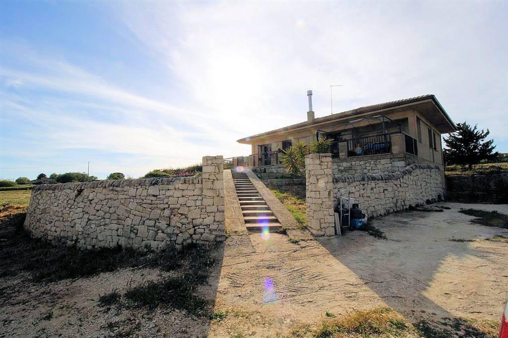 RAGUSA, Villa zu verkaufen von 130 Qm, Gutem, Energie-klasse: C, Epi: 85,78 kwh/m2 jahr, am boden Land, zusammengestellt von: 6 Raume, Separate Küche,