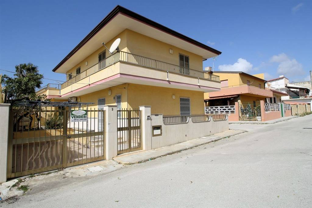 CASUZZE, SANTA CROCE CAMERINA, Detached house for sale of 200 Sq. mt., Habitable, Heating Non-existent, placed at Ground on 1, composed by: 7 Rooms,