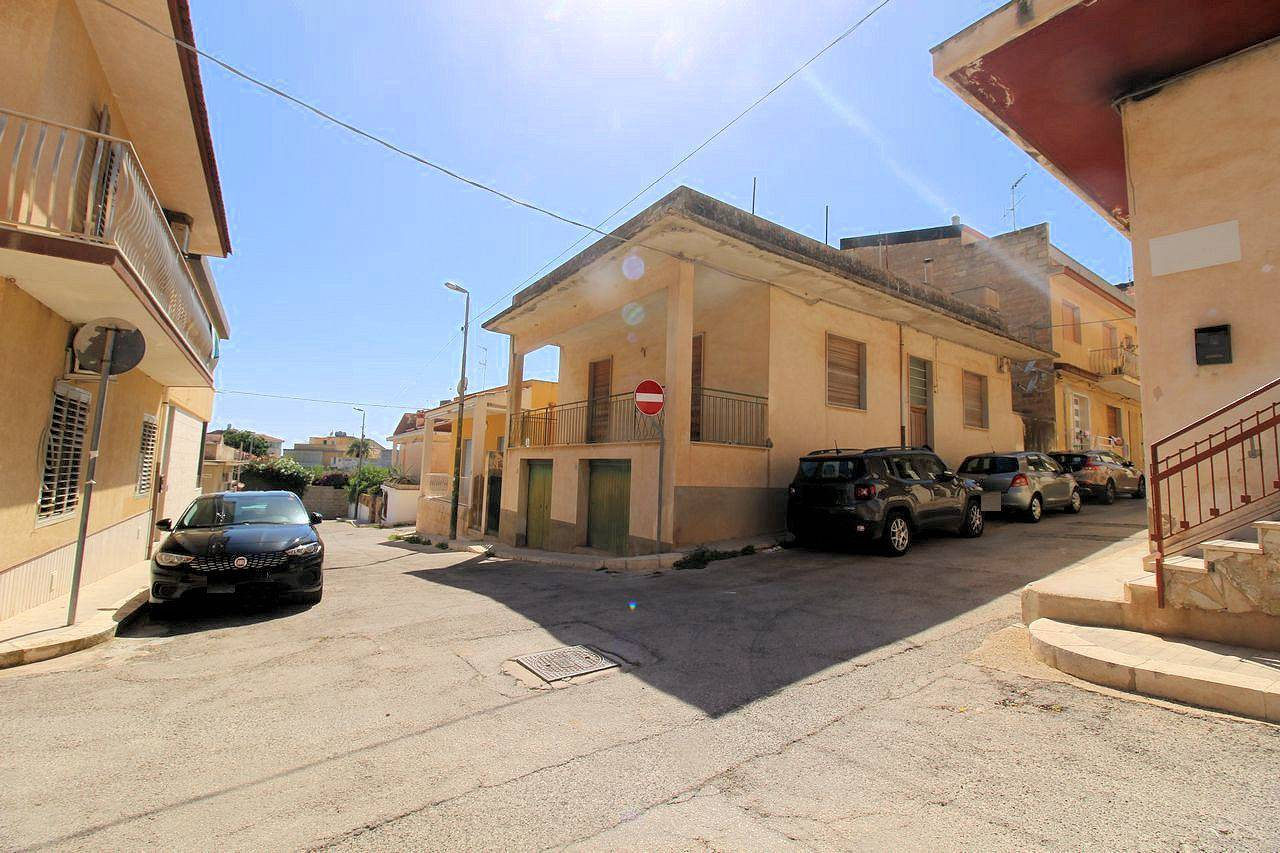 MARINA DI RAGUSA, RAGUSA, Detached house for sale of 85 Sq. mt., Be restored, Energetic class: F, Epi: 314,27 kwh/m2 year, placed at Ground on 1,