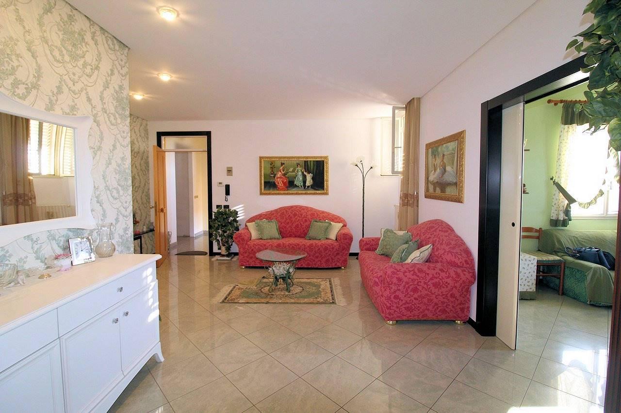 Vendesi appartamento di circa Mq 104 con ottima esposizione, ristrutturato, al secondo piano di un piccolo condominio, in Viale delle Americhe,