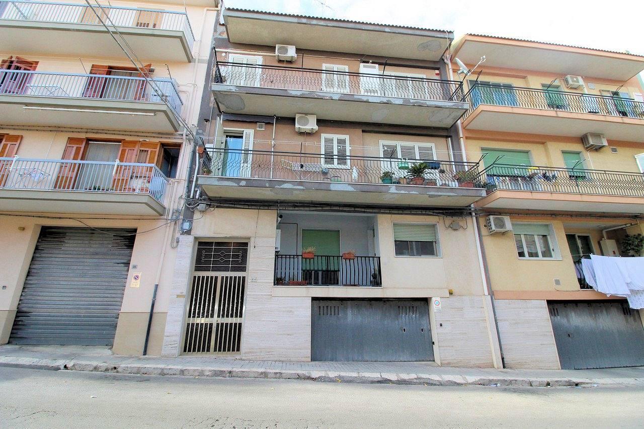 Vendesi appartamento di circa Mq 120 al secondo piano di un piccolo condominio di sole 3 famiglie, in zona Piazza Tamanaco, composto da: ingresso,