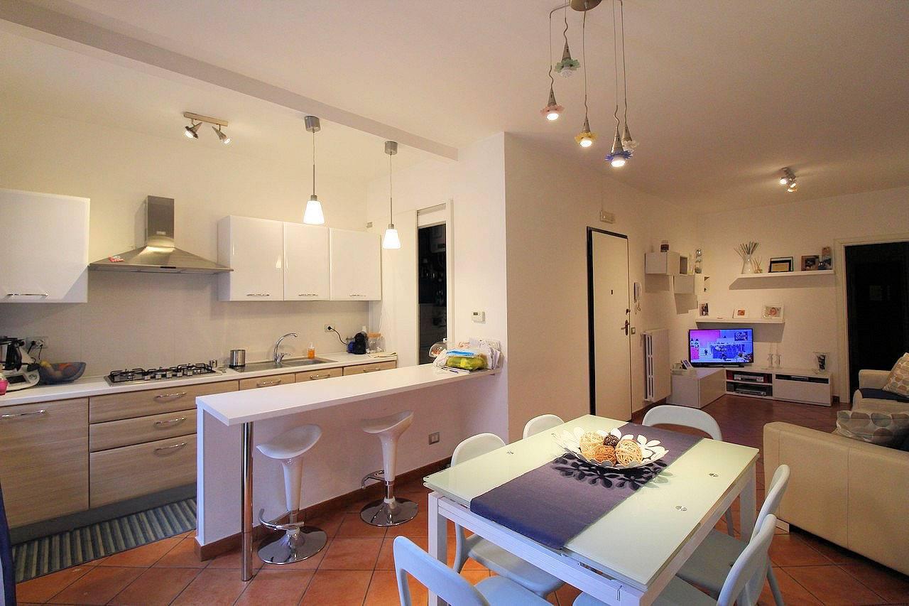 Vendesi appartamento ristrutturato di circa 75 mq al primo piano di un piccolo condominio di sole due famiglie, in zona centro, composto da ingresso