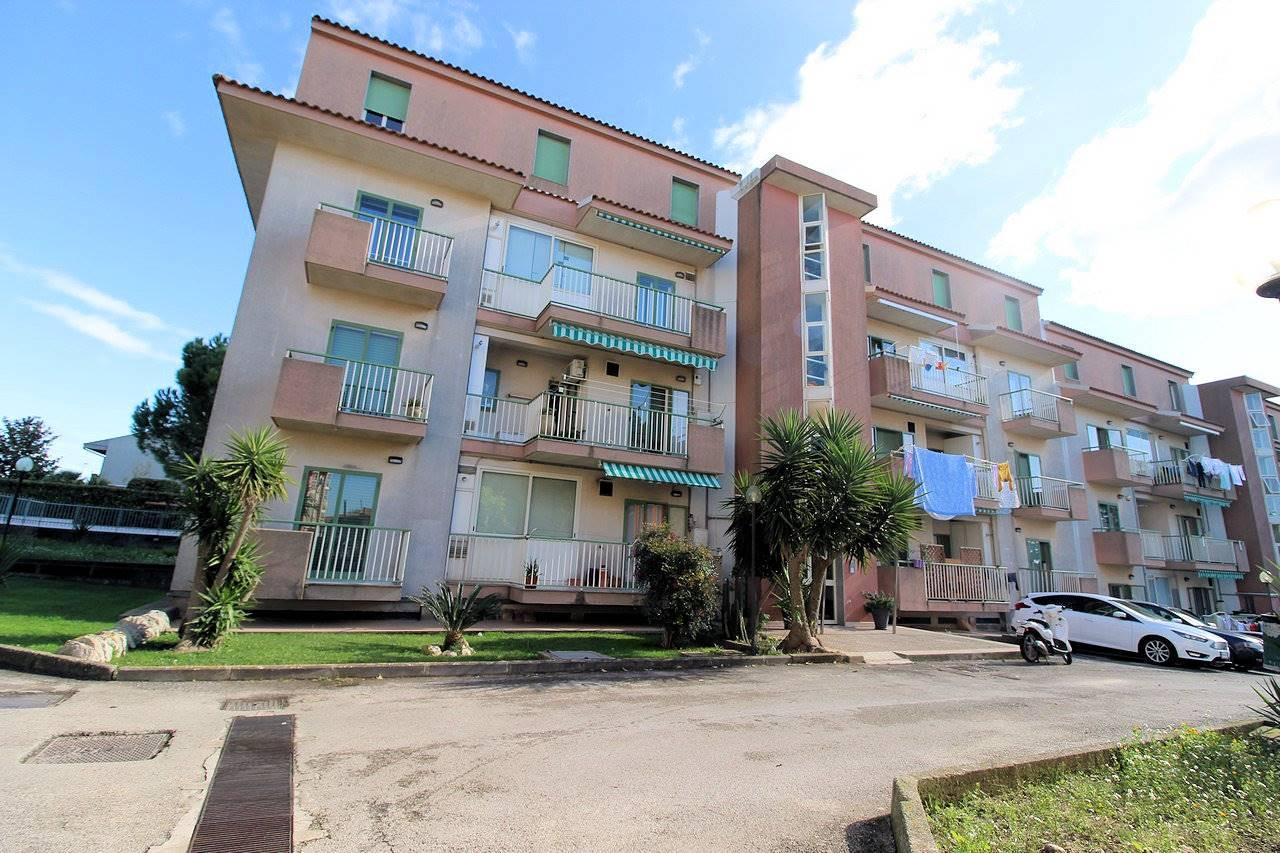 Vendesi appartamento al secondo piano di un condominio di sole 6 famiglie, in zona Pianetti , composto da ingresso- soggiorno ampio con adiacente