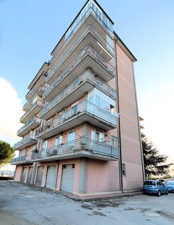 Vendesi appartamento ristrutturato circa 10 anni fa, al quinto piano con ascensore di circa Mq 114, in zona Cupoletti, composto da un ampio soggiorno,