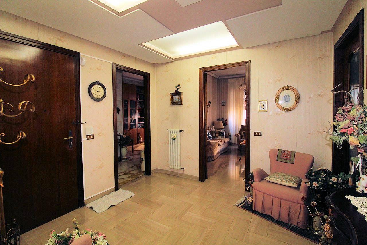 Vendesi appartamento al terzo piano in zona Via Archimede, di circa 140 Mq, composto da: - ingresso, soggiorno doppio, studio, cucina abitabile, due