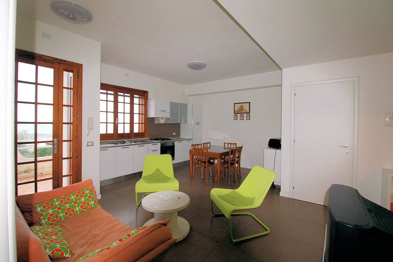 Vendesi appartamento a primo piano elevato di circa Mq 80 in zona Castellana, a Marina di Ragusa, ristrutturata internamente, anche di impianti, sia