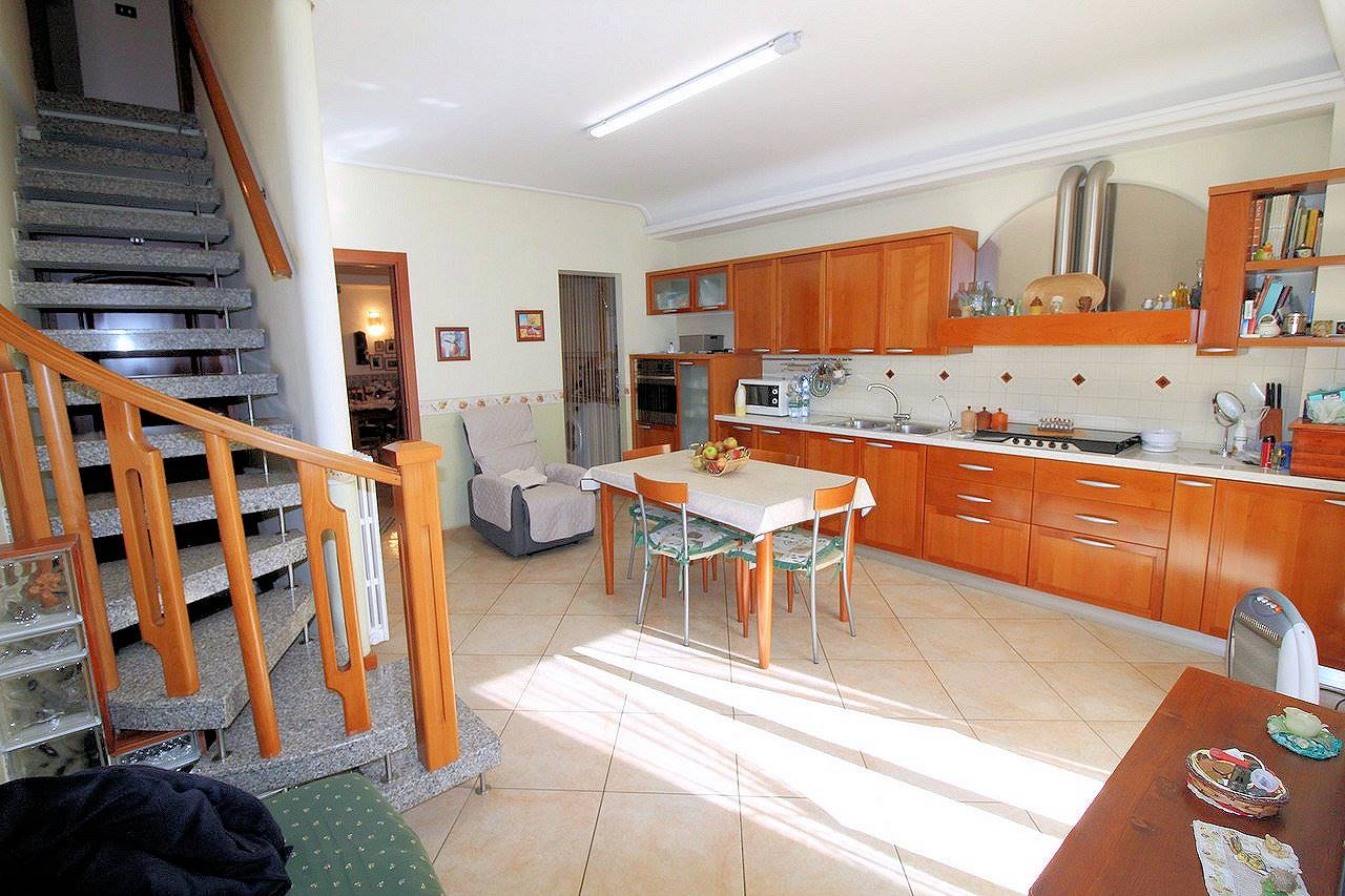 Vendesi casa singola ristrutturata in via Giambattista Odierna, di circa 200 Mq oltre garage di circa 70 Mq e appartamento indipendente di altri 70