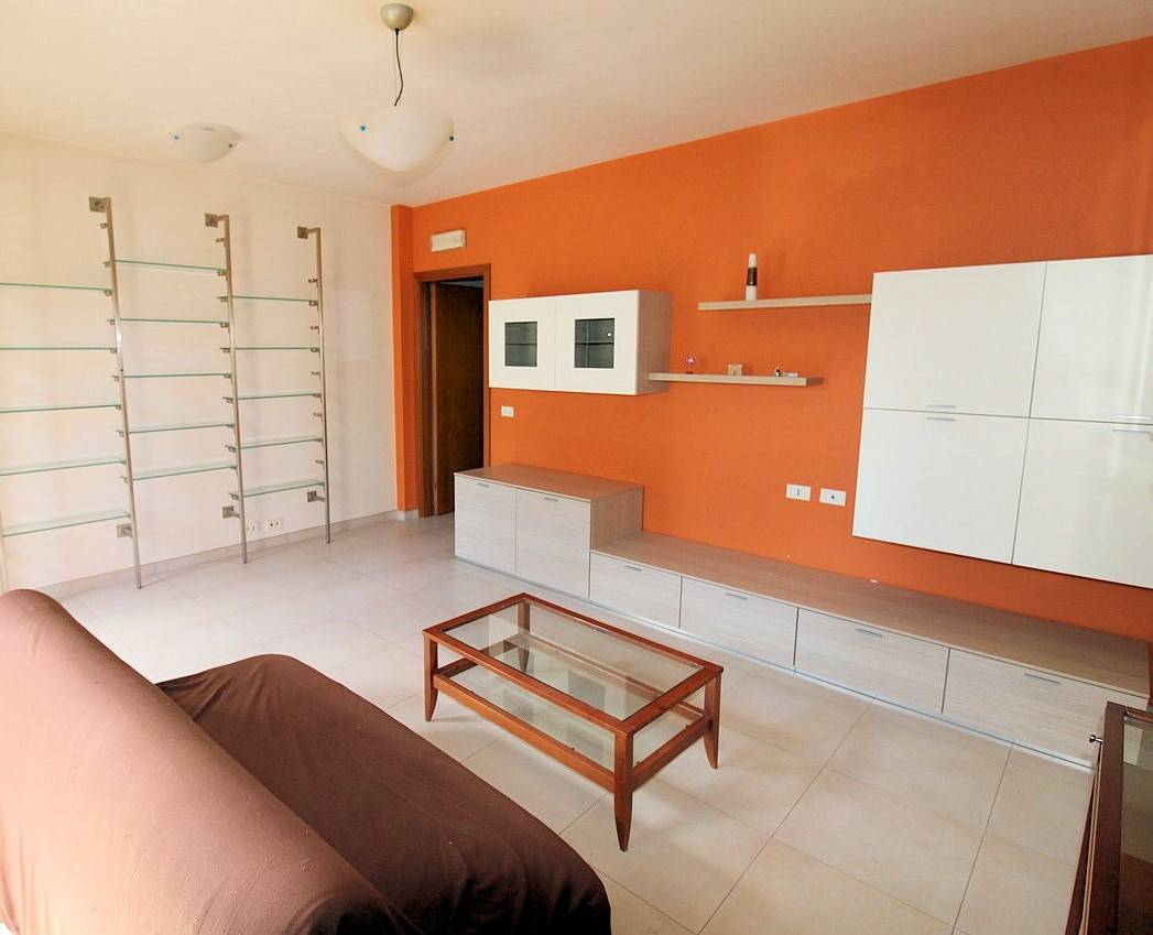 Vendesi appartamento indipendente, ristrutturato e con veranda, al piano terra di un piccolo condominio in via Bellarmino, di circa 65 Mq oltre aree