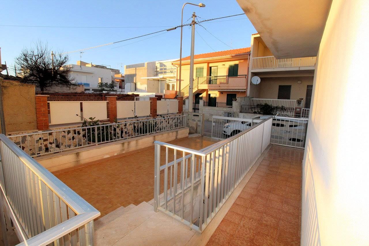 Vendesi appartamento indipendente a Marina di Ragusa, a soli 100 metri dal mare, di circa 60 Mq oltre ampi spazi esterni, composto da soggiorno e