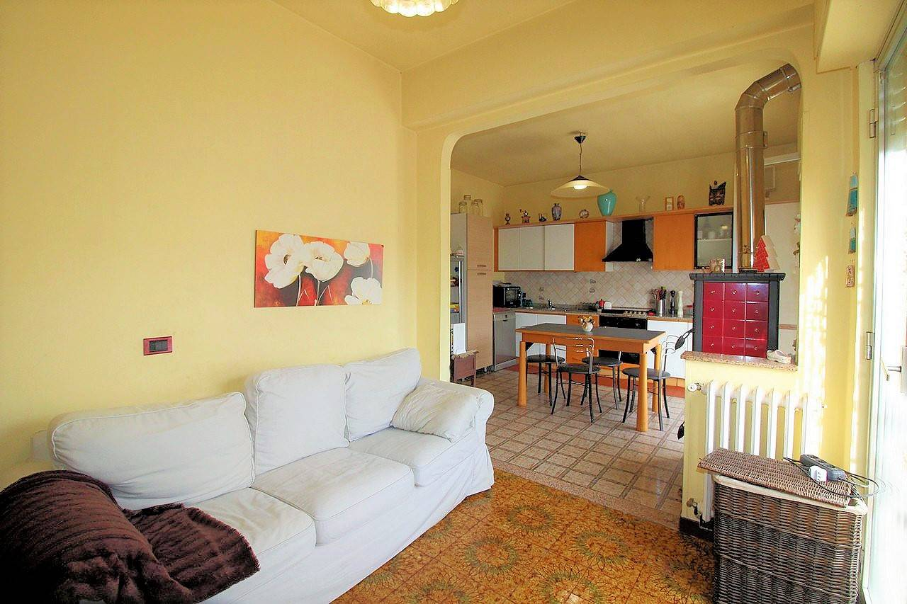 Vendesi appartamento al terzo piano di un piccolo condominio, libero da tre lati, luminoso, panoramico, in zona Pompieri, di circa 130 Mq, composto