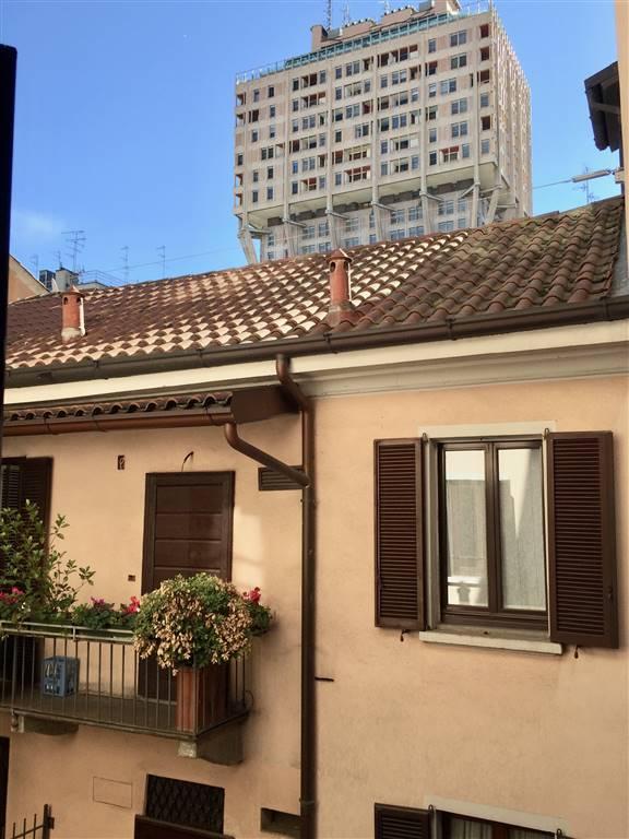 Milano, Missori, in palazzo d'epoca signorile con ascensore affittasi ampio bilocale di circa 84mq arredato al piano terzo su cinque. L'immobile è