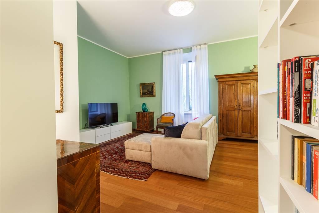 VENDESI appartamento BILOCALE/TRILOCALE di PREGIO perfettamente ristrutturato con materiali di alto livello. L'appartamento, completamente