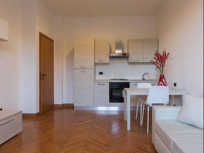 Milano Brera - C.so Garibaldi In stabile anni 60 con portineria ed ascensore, proponiamo bilocale composto da ingresso, soggiorno con cucina a vista