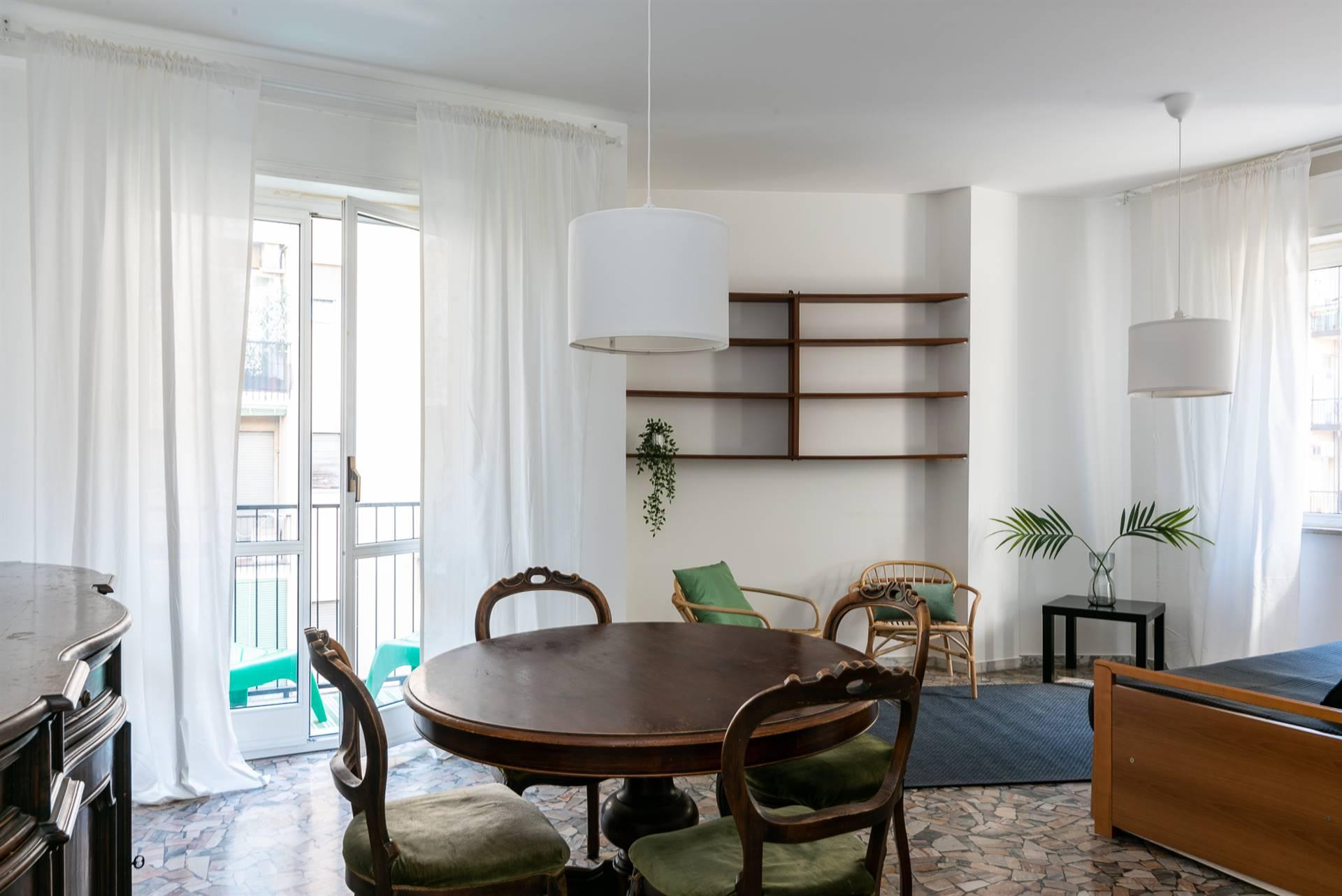 Affittasi in zona Piazza Martini, Viale Umbria, Piazza Insubria, ottimo trilocale arredato, luminoso e in piano alto. L'appartamento dispone di