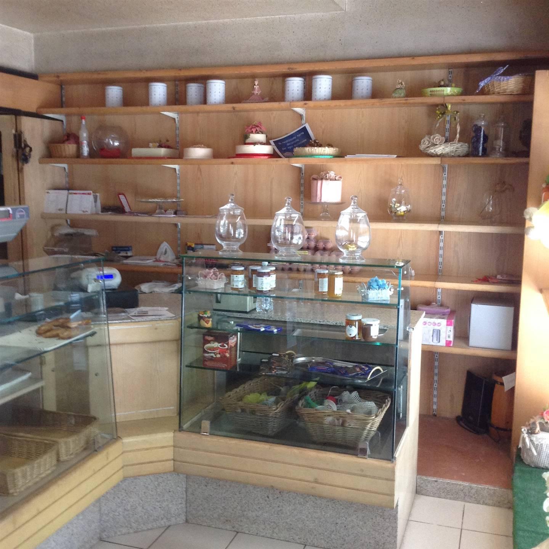 NEGOZIO CON CANNA FUMARIA ZONA STAZIONE CARNATE ADATTO A FOOD In zona Carnate, Stazione ferroviaria, si affitta negozio (ex panetteria) con retro