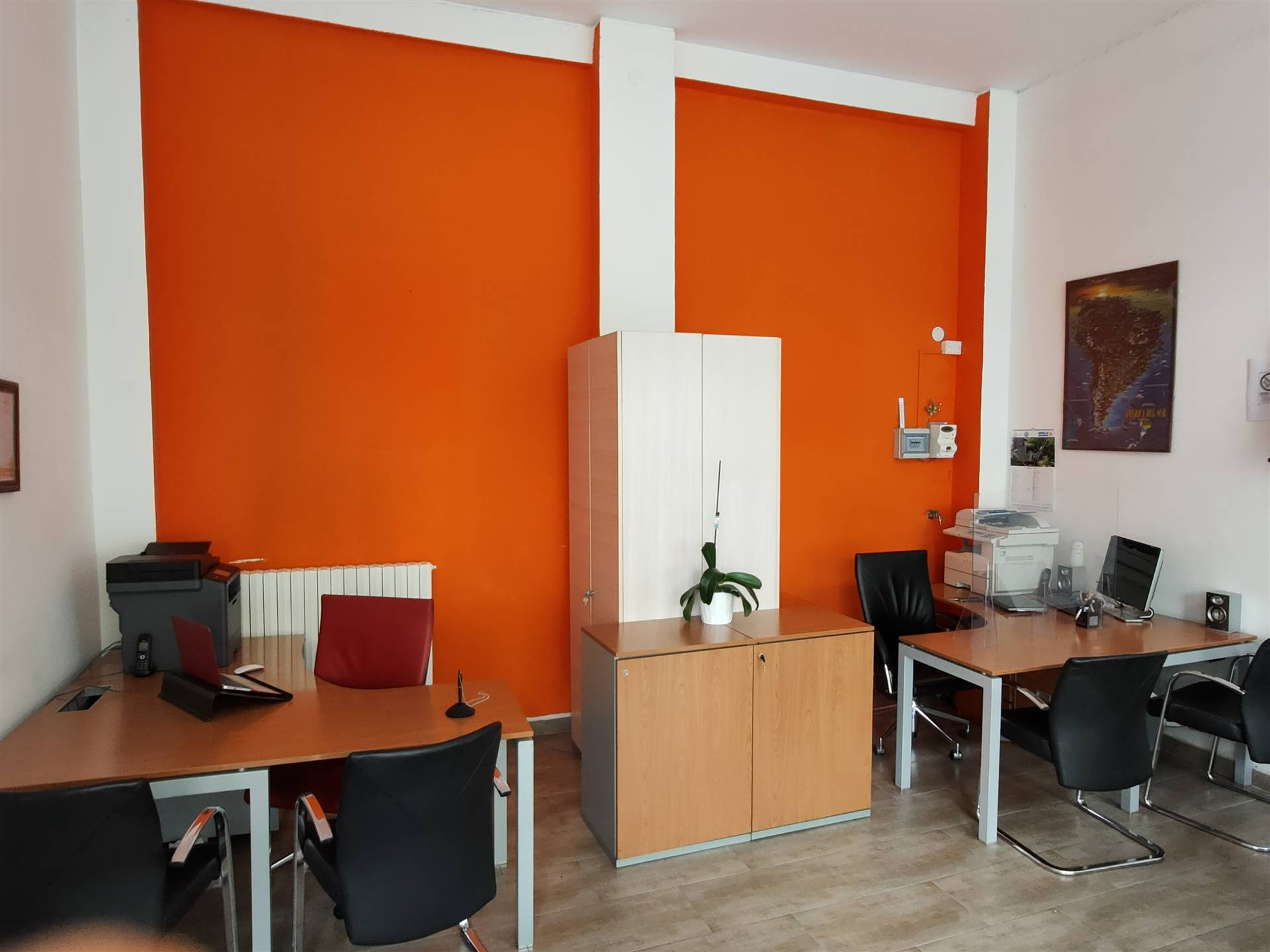 In Via di ottimo passaggio in zona Ricciarelli, affittiamo negozio con due vetrine in ottimo stato adibito ad ufficio. Il negozio si presenta