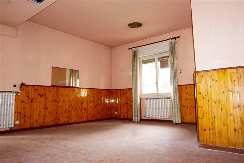 FEDERICO BELLAZZI, 3 (MI) Ufficio su 2 livelli.  In stabile moderno anni 70', proponiamo al piano rialzato e seminterrato con ingresso secondario