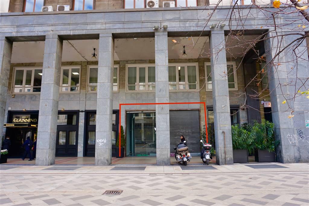 VITTOR PISANI, 6; negozio su 2 livelli con 2 vetrine in zona di forte passaggio. Via Vittor Pisani, 6 adiacente Piazza Repubblica, proponiamo negozio
