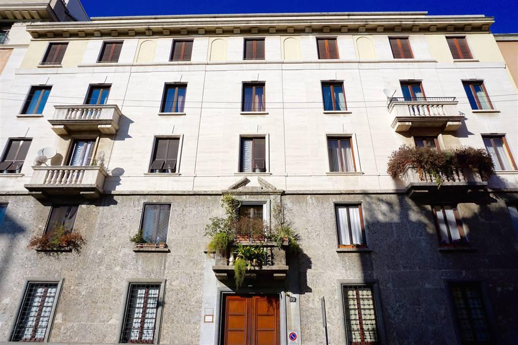 EMILIO MOTTA, 10; prestigioso appartamento con balconi e box meccanizzato. Nelle immediate vicinanze di corso Vercelli, in una delle zone