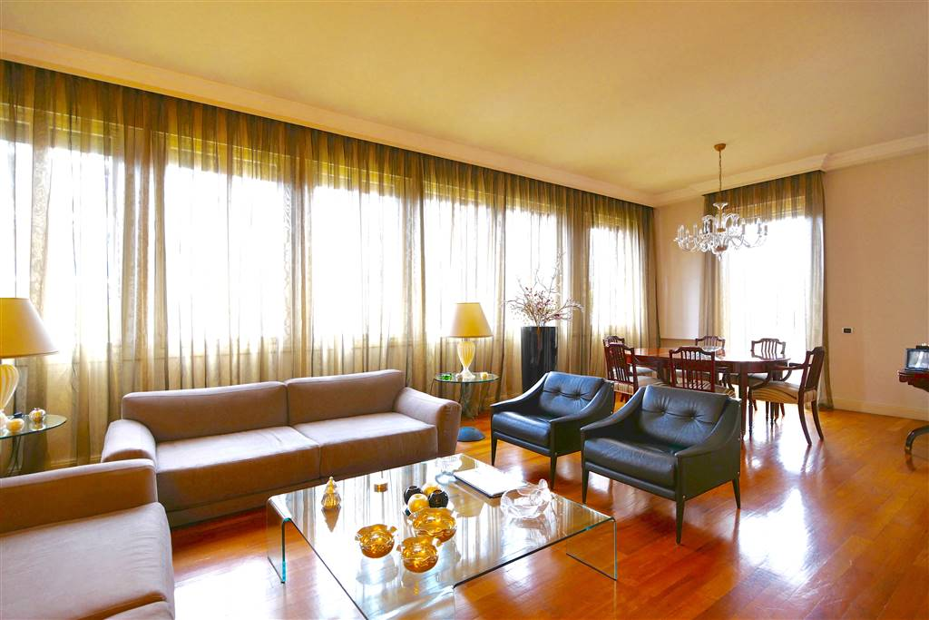 QUADRONNO - In una delle zone più eleganti e ricercate di Milano, in palazzo moderno signorile anni '60, con servizio di portineria ed ascensore,