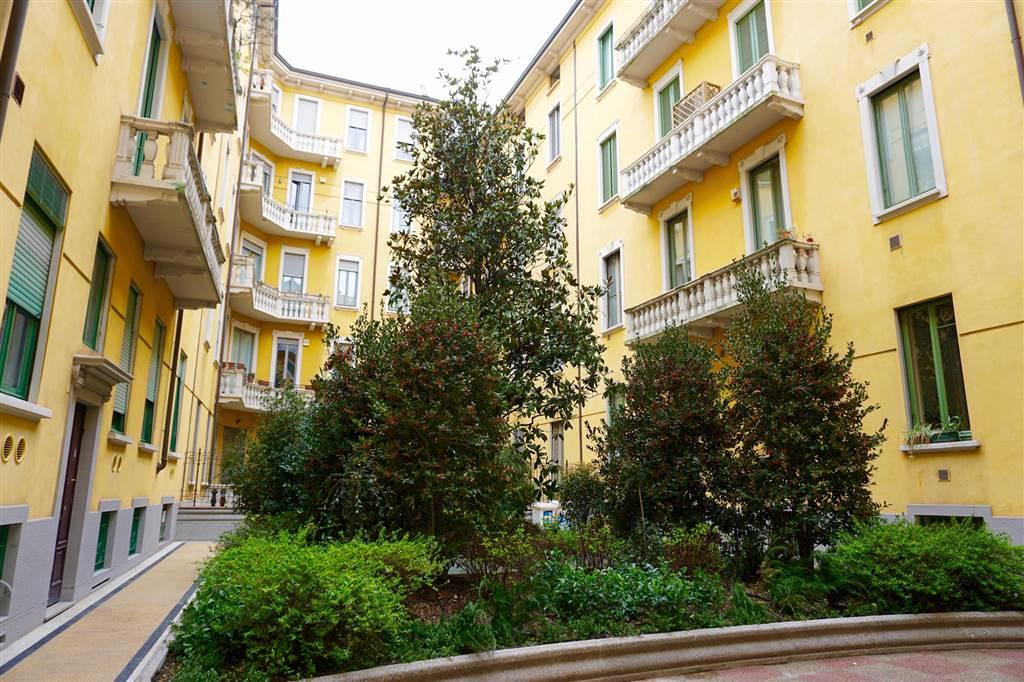 Nella centralissima via Vivaio, tra Piazza San Babila e i Giardini Pubblici Indro Montanelli, a due passi dalla vivace Piazza Risorgimento,