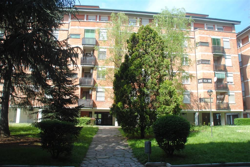 Posizione: L'immobile si trova a pochi passi dalla fermata della metro Abbiategrasso della Linea 2 (verde) e ben collegato al centro di Milano anche