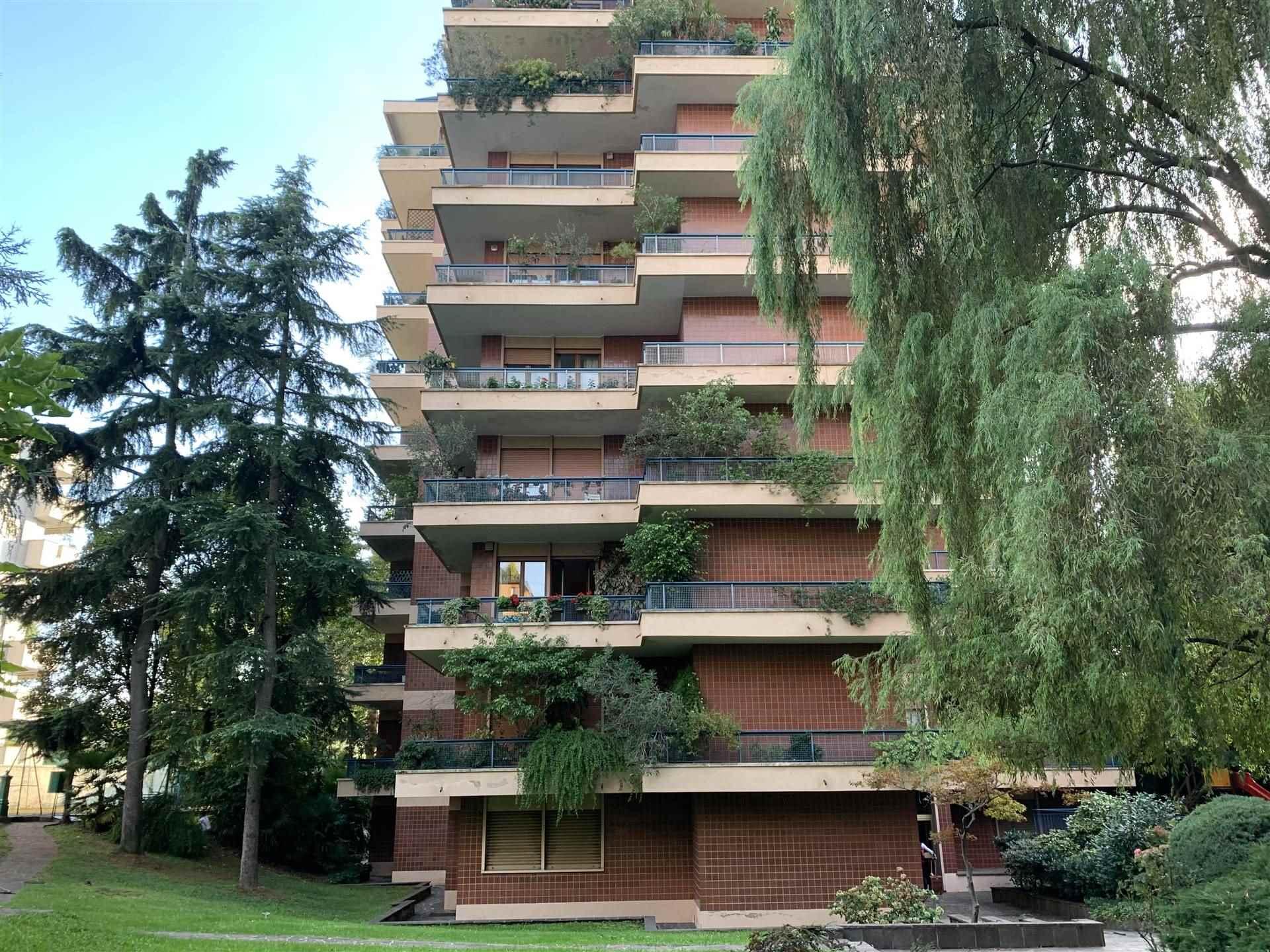 SAN SIRO-VIA PASSO DI BRIZIO Posizione: L'appartamento si inserisce in un pregevole quartiere sicuro e residenziale di Milano particolarmente