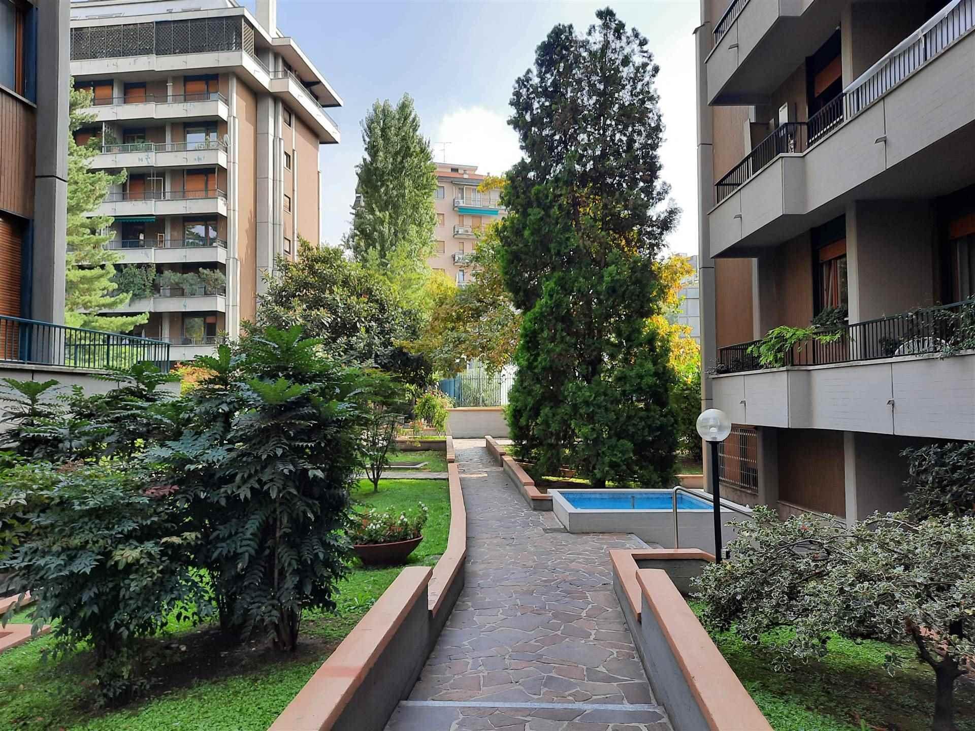 SAN SIRO/VIA CORNO DI CAVENTO Posizione: l'appartamento si inserisce in un pregevole quartiere residenziale di Milano, particolarmente apprezzato per
