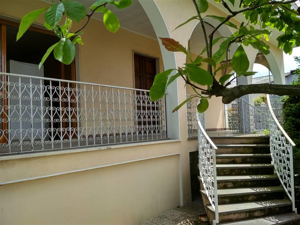 ingresso villa con doppia scala curvilinea