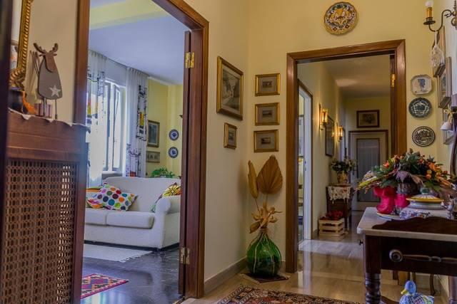CENTRO Vendesi Appartamento buono stato 2° piano: Sala, cucina, soggiorno con caminetto, 3 camere (1 matrimoniale, 1 media, 1 singola) ripostiglio,