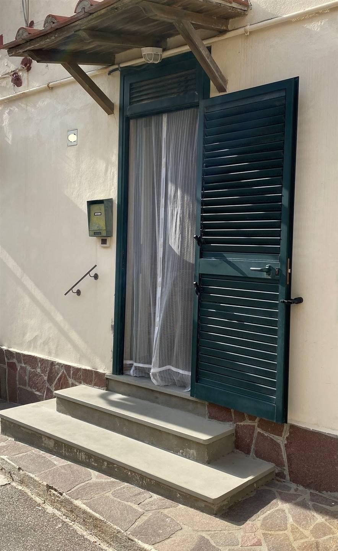 ANTIGNANO :In zona silenziosa affittasi appartamento al piano terra rialzato composto da: Ingresso in zona giorno cucinotto, camera matrimoniale ,