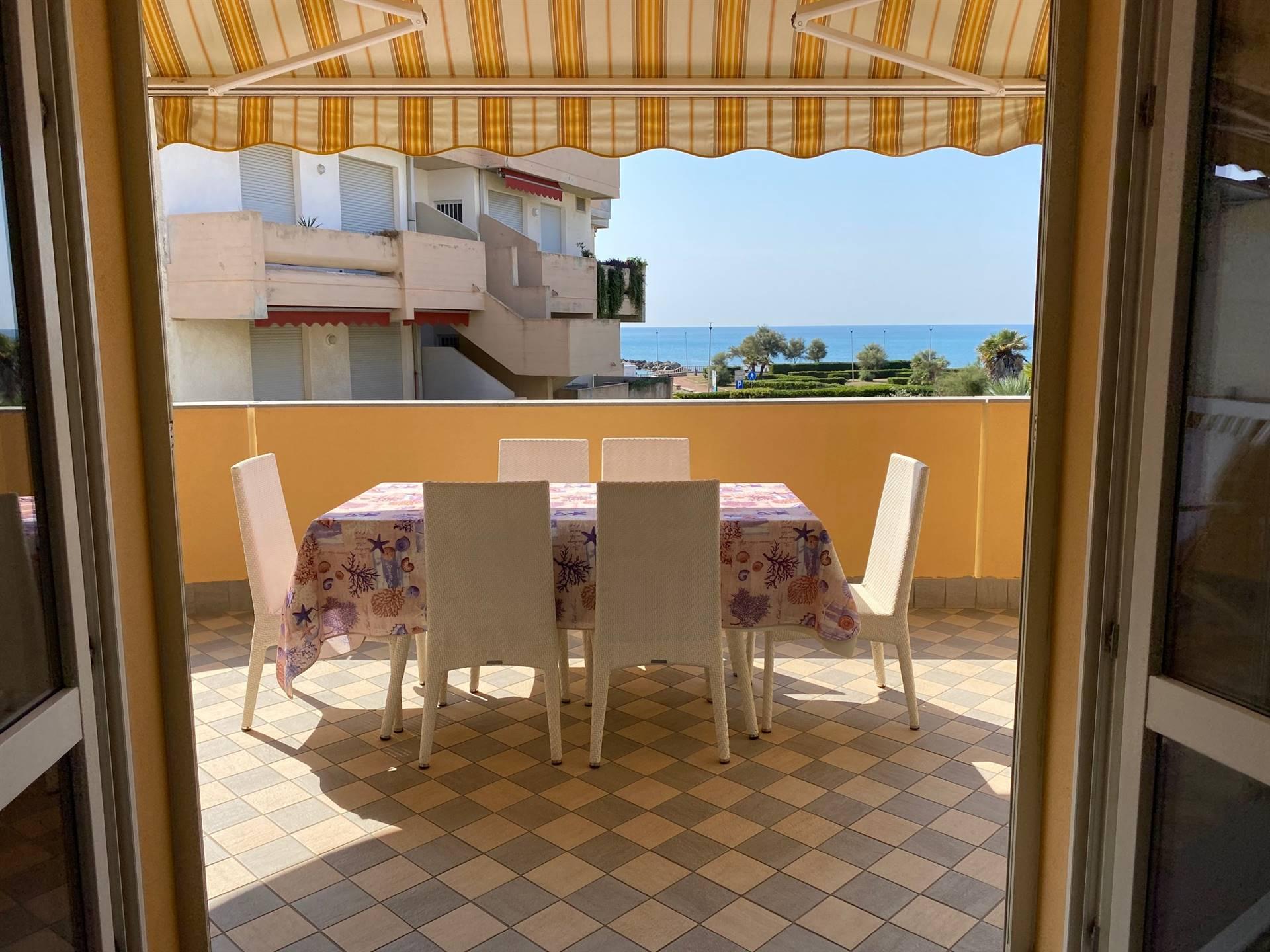 Rosignano solvay Grande bilocale con terrazza abitabile vista mare cantina e posto auto da ottobre a maggio . Appartamento in perfette condizioni