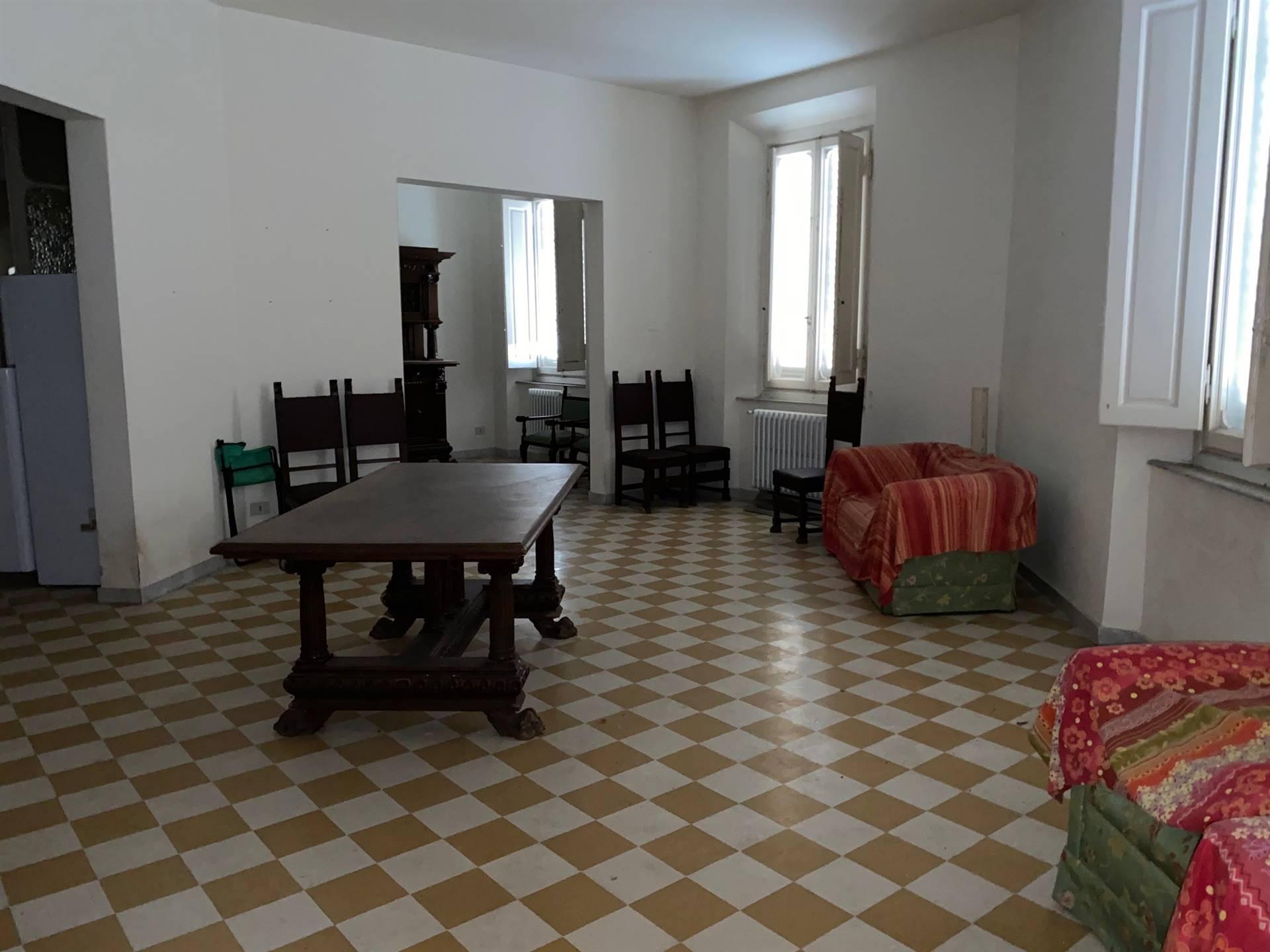 PIAZZA ROMA Appartamento di grande metratura composto da: ingresso , soggiorno doppio, corridoio, cucina, tre camere, ripostiglio tre bagni,grande