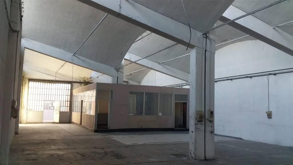 INZAGO - In complesso industriale, capannone di mq 390, con ufficio eventualmente rimovibile, 2 bagni e 2 accessi carrai. Impianto elettrico base,