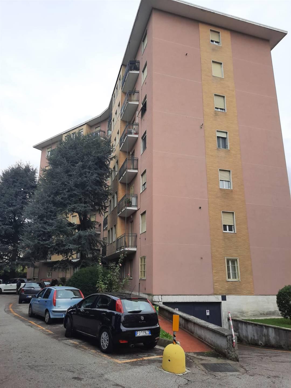 Monza - zona San Rocco , in condominio, tre locali mq 95, composto da ingresso, cucina abitabile, salone, due camere da letto, bagno, ripostiglio.