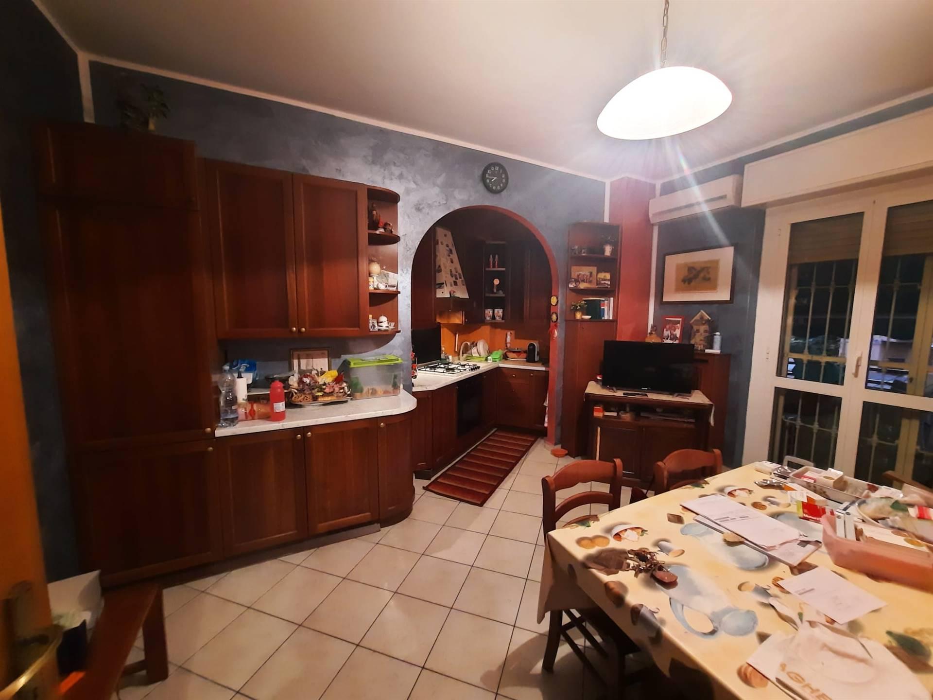 Monza - zona San Rocco, in condominio tre locali mq 75, composto da ingresso, sala con angolo cottura, due camere da letto, bagno, (solaio). In buono