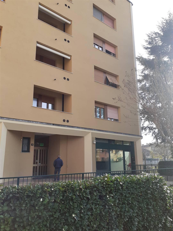 PIOLTELLO - centro storico, vendesi negozio mq 108 con 4 vetrine, open space, servizio. Aria condizionata, pavimento in legno, impianto elettrico.