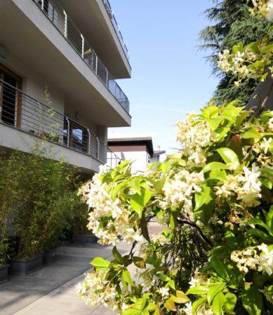 CERNUSCO SUL NAVIGLIO - Zona Tre Torri, a pochi passi dalla MM2, in mini palazzina, TUTTO ARREDATO, mq 70, tre locali, con cucinotto a vista, bagno,