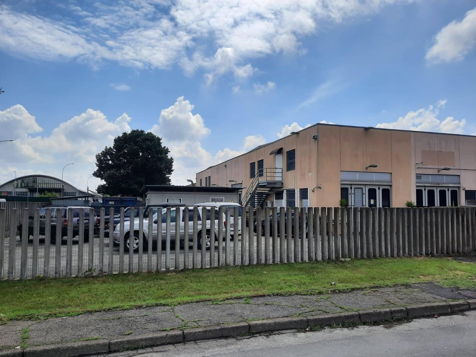 PIOLTELLO - Via Brescia 40, zona industriale Seggiano, 200 mt da strada Cassanese, capannone mq 200, angolare disposto su 2 piani con uffici, doppi